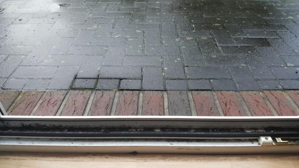 Dreck an Terrassentür bei Regen im Winter