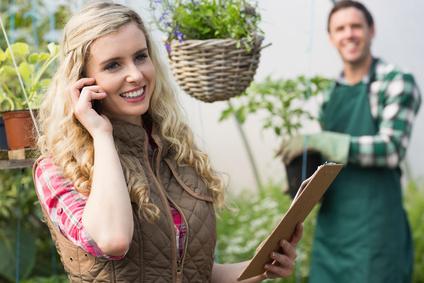 Frau im Pflanzen onlineshop - Pflanzen online kaufen